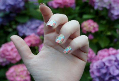 Nail Art n°1 : Le Quadrillé Coloré par Emilie
